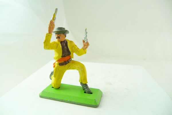 Britains Deetail Cowboy kneeling, firing wild with 2 pistols