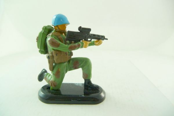 Britains Deetail Blue helmet soldier kneeling with MG