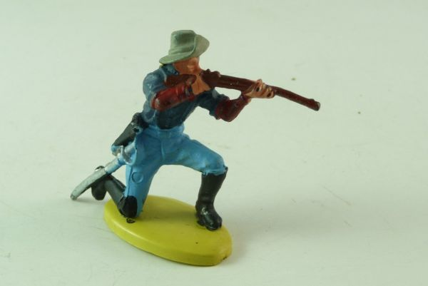 Britains 7th Cavalry; soldier kneeling, firing with rifle