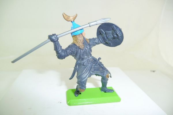 Britains Deetail Saracen standing, throwing spear