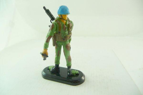 Britains Deetail Blue helmet soldier standing with pistol + knife