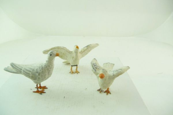 3 pigeons in different positions, composition (height ca. 3 cm)
