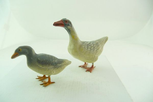 2 grey geese of composition (height 3,5 cm und 6 cm)
