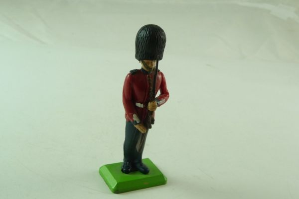 Britains Deetail Guard, presenting rifle