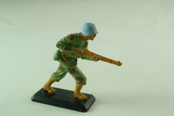 Britains Deetail Soldier storming with rifle - blue helmets -