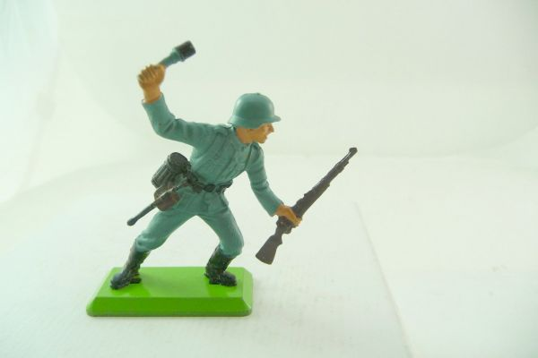 Britains Deetail German soldier with stick-grenade + rifle