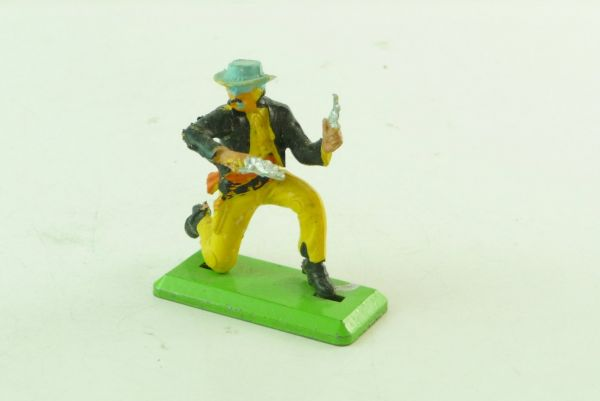 Britains Deetail Cowboy kneeling with 2 pistols - fault cast right hand / pistol!