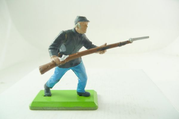 Britains Deetail Union Army soldier going ahead with rifle (movable arm)