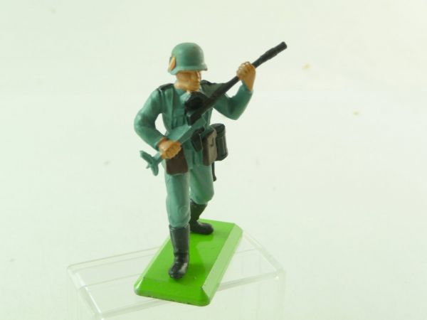 Britains Deetail German 2nd version going ahead with machine gun (with emblem at helmet)