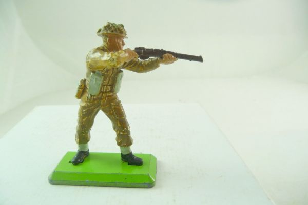 Britains Deetail English soldier standing firing with rifle (movable arm)
