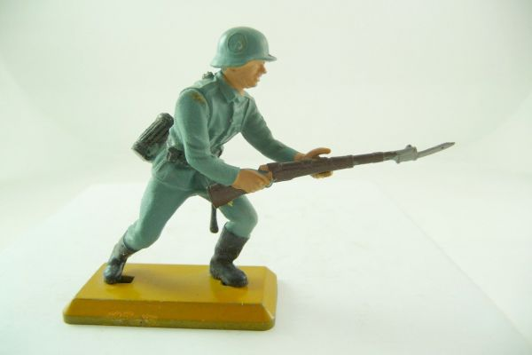 Britains Deetail German soldier 1st version going ahead with rifle (movable arm)