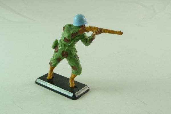 Britains Deetail Soldier standing, firing with rifle - blue helmets -