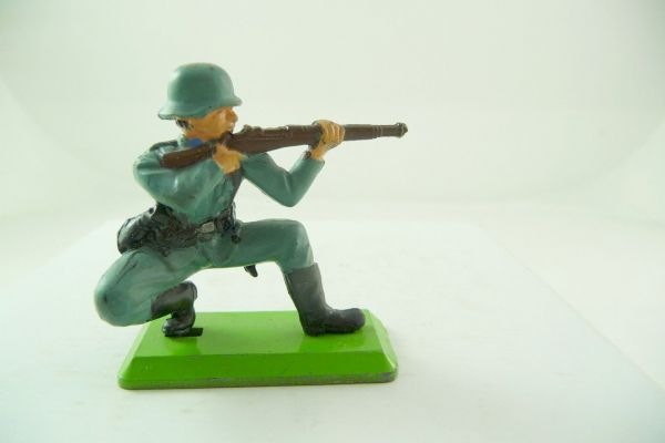 Britains Deetail German soldier 2nd version kneeling firing (fixed arm)