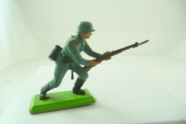 Britains Deetail Soldier going ahead with rifle