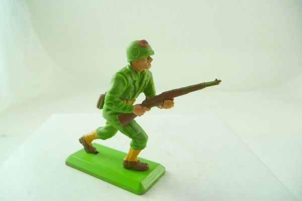 Britains Deetail Soldier going ahead with rifle - brand new, incl. emblem at helmet