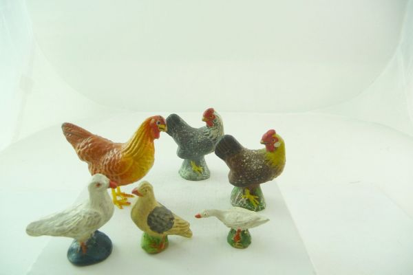 6 cocks / hens and further flying animals of composition (height 2-5 cm)
