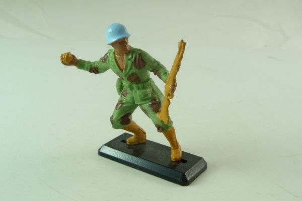 Britains Deetail Soldier with rifle and grenade - blue helmets -